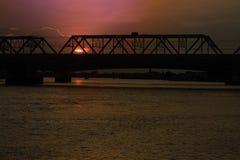 Ajardine o por do sol crepuscular sobre a ponte do ri de CHAO PHRAYA Foto de Stock Royalty Free