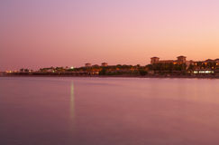Ajardine o por do sol no Mar Vermelho - água cor-de-rosa, céu Imagens de Stock