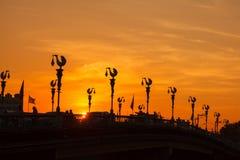 Ajardine o por do sol, phitsanulok da ponte de Ekathosarot em Tailândia Fotografia de Stock