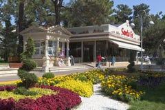 Ajardine o projeto sobre o restaurante italiano Santa Fe na margem em Gelendzhik, região de Krasnodar, Rússia Imagem de Stock Royalty Free