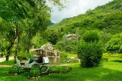 Ajardine o projeto um parque tropcal com transporte, árvores e montanhas Fotografia de Stock Royalty Free