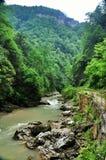 Ajardine o rio da montanha com as rochas grandes na costa Imagens de Stock Royalty Free