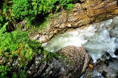 Ajardine o rio da montanha com as rochas grandes na costa no desfiladeiro de Guam Foto de Stock Royalty Free