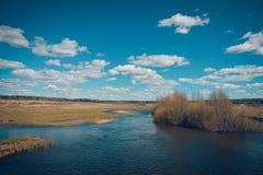 Ajardine o rio e um campo Imagens de Stock Royalty Free