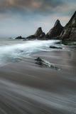 Ajardine o seascape de rochas irregulares e ásperas no litoral com Fotos de Stock Royalty Free