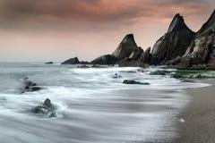 Ajardine o seascape de rochas irregulares e ásperas no litoral com Fotografia de Stock