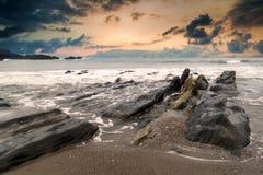 Ajardine o seascape de rochas irregulares e ásperas no litoral com imagem de stock