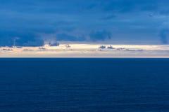 Ajardine o tiro após o por do sol na costa do Mar Negro Fotos de Stock