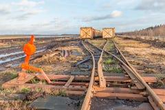 Ajardine o tiro de uma área de mineração da turfa com trilhos e cruzamento de Imagem de Stock