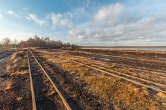 Ajardine o tiro de uma área de mineração da turfa com trilhos de um railwa da turfa Imagens de Stock