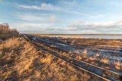 Ajardine o tiro de uma área de mineração da turfa com trilhos de um railwa da turfa Fotos de Stock
