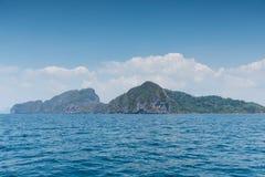 Ajardine o verão no mar e na montanha das formações Imagem de Stock