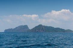 Ajardine o verão no mar e na montanha das formações Foto de Stock