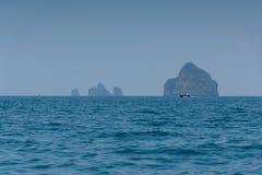 Ajardine o verão no mar e na montanha das formações Fotos de Stock