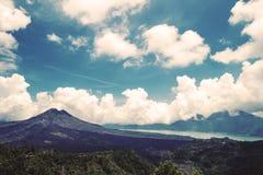 Ajardine o vulcão com o céu azul em Bali, Indonésia, tom do vintage Imagens de Stock