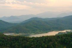 Ajardine a opinião da natureza do lago e dos montes no por do sol Fotos de Stock