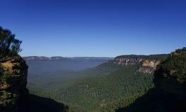 Ajardine a opinião do cenário da montanha e do céu azul Foto de Stock