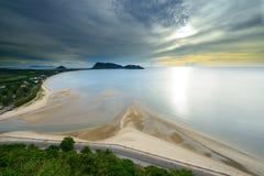Ajardine a opinião do nascer do sol da praia do Ao Manao em Tailândia Imagem de Stock