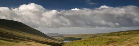 Ajardine a opinião do panorama de escalam acima o milho Du montanha em Brecon Foto de Stock