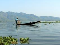 Ajardine a opinião do panorama do rio com o barco no campo Imagens de Stock