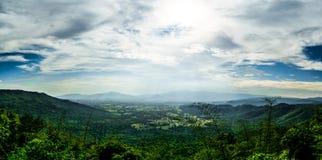 Ajardine a opinião do panorama, a montanha com a névoa e o céu nebuloso Foto de Stock