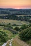 Ajardine a opinião do por do sol do verão da imagem sobre o campo inglês Imagens de Stock Royalty Free