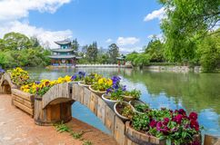 Ajardine a opinião Dragon Pool preto, ele é uma lagoa famosa em Jade Spring Park cênico situada no pé do monte do elefante fotos de stock royalty free