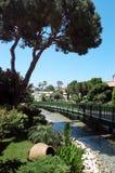 Ajardine a opinião o pinho, ponte, conectando o canal no turco Fotografia de Stock Royalty Free