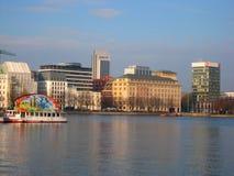 Ajardine a paisagem urbana do porto da cidade alemão de Hamburgo Fotos de Stock