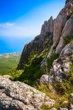 Ajardine a parte superior da montanha que negligencia o mar azul e o co urbano Imagens de Stock Royalty Free