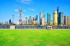 Ajardine perspectivas da grama as construções da cidade de Shanghai Lujiazui Imagens de Stock Royalty Free