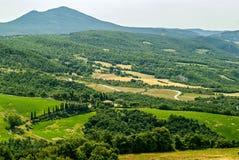 Ajardine perto de Sarteano (Toscânia) no verão Imagem de Stock