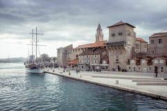 Ajardine perto de Trogir antes da tempestade, Croácia Fotografia de Stock Royalty Free