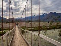 Ajardine perto de Vicuña no Chile com uma menina que cruza um suspensio Imagem de Stock Royalty Free