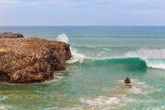Ajardine pescadores do mar em rochas pescam no oceano. Fotografia de Stock Royalty Free