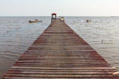 Ajardine a ponte de madeira ao pavilhão no mar Foto de Stock Royalty Free