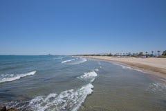 Ajardine a praia de Gurugu com o Grao de Castellon no horizonte imagem de stock royalty free