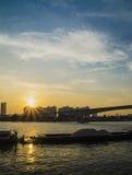 Ajardine quando a luz do sol com cloudscape e o rio Imagem de Stock Royalty Free