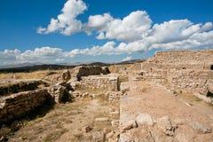 Ajardine sob as nuvens brancas com destruição da cidade velha Imagens de Stock