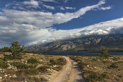 Ajardine sob a montanha de Velebit, Starigrad, Croácia Fotos de Stock Royalty Free