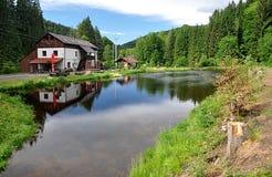 Ajardine Sumava y el molino de agua, República Checa, Europa Imagen de archivo