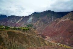 Ajardine Tibet com rio e vila na borda da montanha Foto de Stock Royalty Free