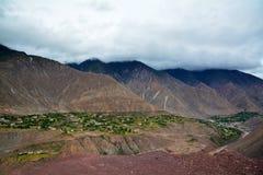 Ajardine Tibet com rio e vila na borda da montanha Foto de Stock