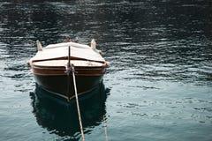 Ajardine uma vista de um barco de madeira marrom amarrado na parte dianteira Fotos de Stock