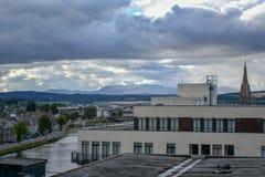 Ajardine un viaje a Escocia hermosa, una vista magnífica del puente y de la parte de la ciudad foto de archivo