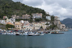 Ajardine a vila de Cetara, península de Amalfi, Itália Fotografia de Stock