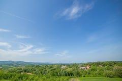 Ajardine a vila povoada parte traseira cercada com floresta grossa sobre Fotos de Stock