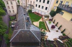 Ajardine a vista aos terraços coloridos com tabelas diversas de um jardim em Luxemburgo do centro na manhã adiantada da mola Fotografia de Stock