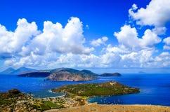 Ajardine a vista cênico de ilhas de Lipari, Sicília, Itália Imagem de Stock