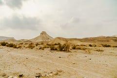 Ajardine a vista cênico em rochas selvagens e lixe-a no deserto seco em Israel Fotos de Stock